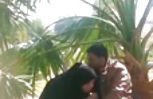 Ba cô gái đang quất vn xxx vn một người đàn ông khỏa thân rất khó khăn